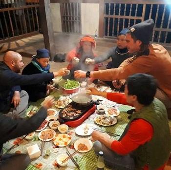 Cédric, Brice et Lionel partageant un repas chez l'habitant