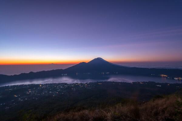 Lever de soleil au sommet du volcan Batur
