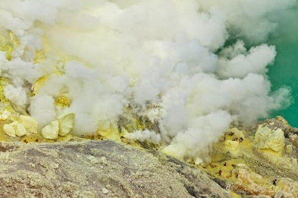 Dans le cratère du volcan Ijen, à Java