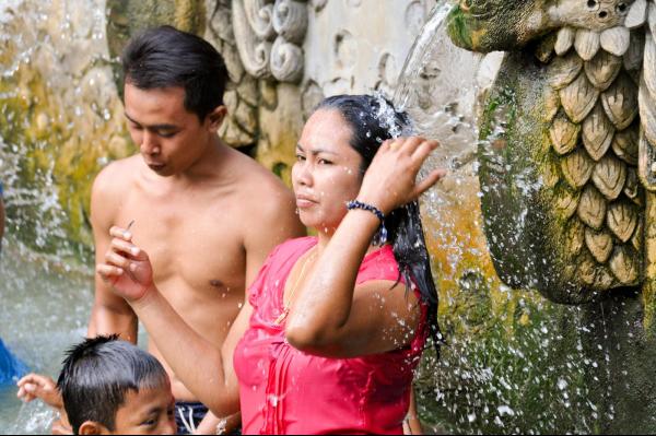 Relaxation aux sources d'eau chaude à Banjar, à Bali