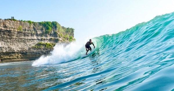 Un surfeur à Uluwatu