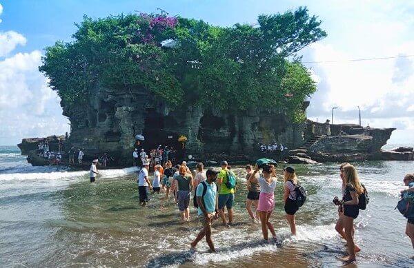 De nombreux touristes visitent Tanah Lot
