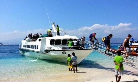 Des passagers descendant d'un fast boat aus iles Gili