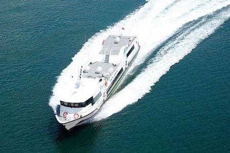 Un fast boat naviguant en mer