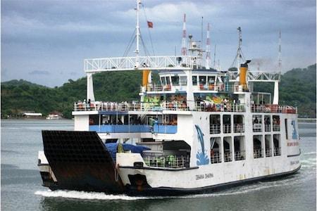 Un ferry indonésien s'apprêtant à amarrer