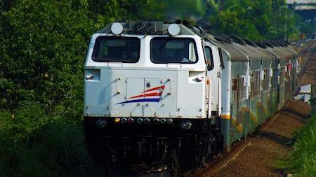 Un train indonésien circulant sur une voie ferrée