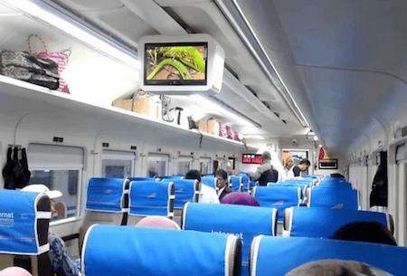 L'intérieur d'un train régional indonésien