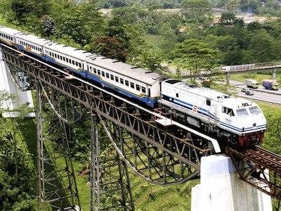Un train indonésien sur un pont surplombant une ville