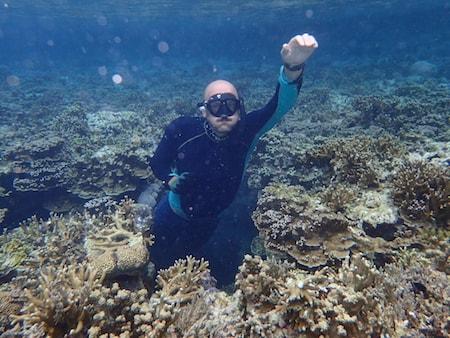 Un plongeur en apnée dans les eaux de Lombok