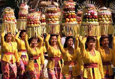 Des balinaises avec des offrandes lors d'une cérémonie à Bali