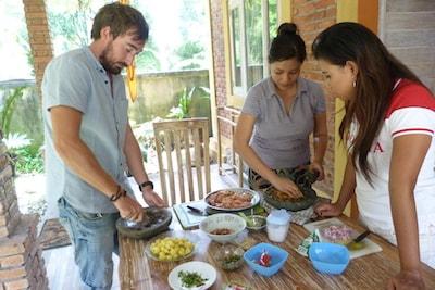 Des touristes en plein cours de cuisine indonésienne