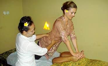 Une touriste en plein cours de massage