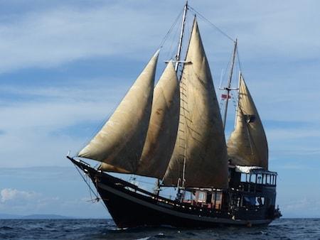 Notre voilier traditionnel indonésien en pleine mer