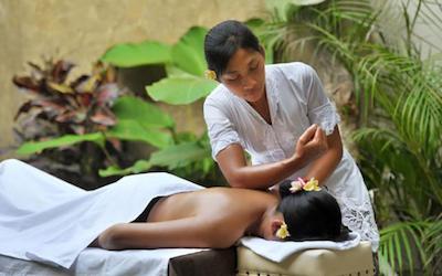 Une touriste se fait masser en Indonésie