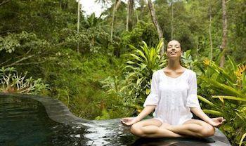 Une touriste méditant en position du Lotus