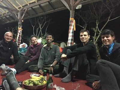 Des touristes en plein repas lors d'une nuit chez l'habitant en Indonésie