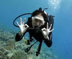 Une plongeuse sous l'eau à Bali