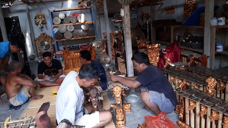 Des artisans indonésiens fabriquant des gamelans, instrument typique