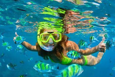 Une enfant en snorkeling aux iles Gili