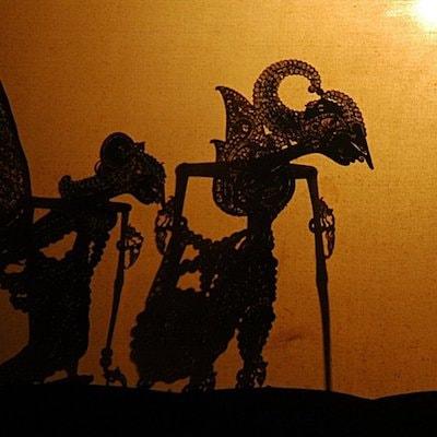 Des ombres de personnages lors d'un théâtre d'ombre à Bali