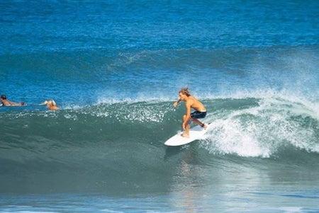 Un surfeur sur une vague à Canggu, Bali