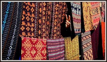 Des teintures et tapis sur un étal de marché en Indonésie