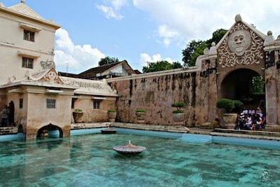 La cour du palais du sultan à Yogyakarta sur l'ile de Java