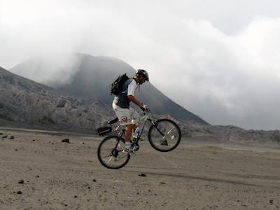 Un cycliste en VTT sur un volcan