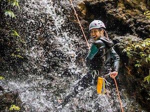 Un touriste en plein canyoning à Bali