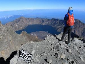 Un touriste au sommet du volcan Rinjani à lombok